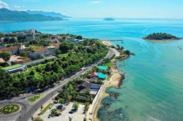 Ngôi trường có khuôn viên đẹp nhất Việt Nam, 4 mùa hoa nở, sinh viên đi học mà cứ ngỡ lạc vào resort - Ảnh 1.
