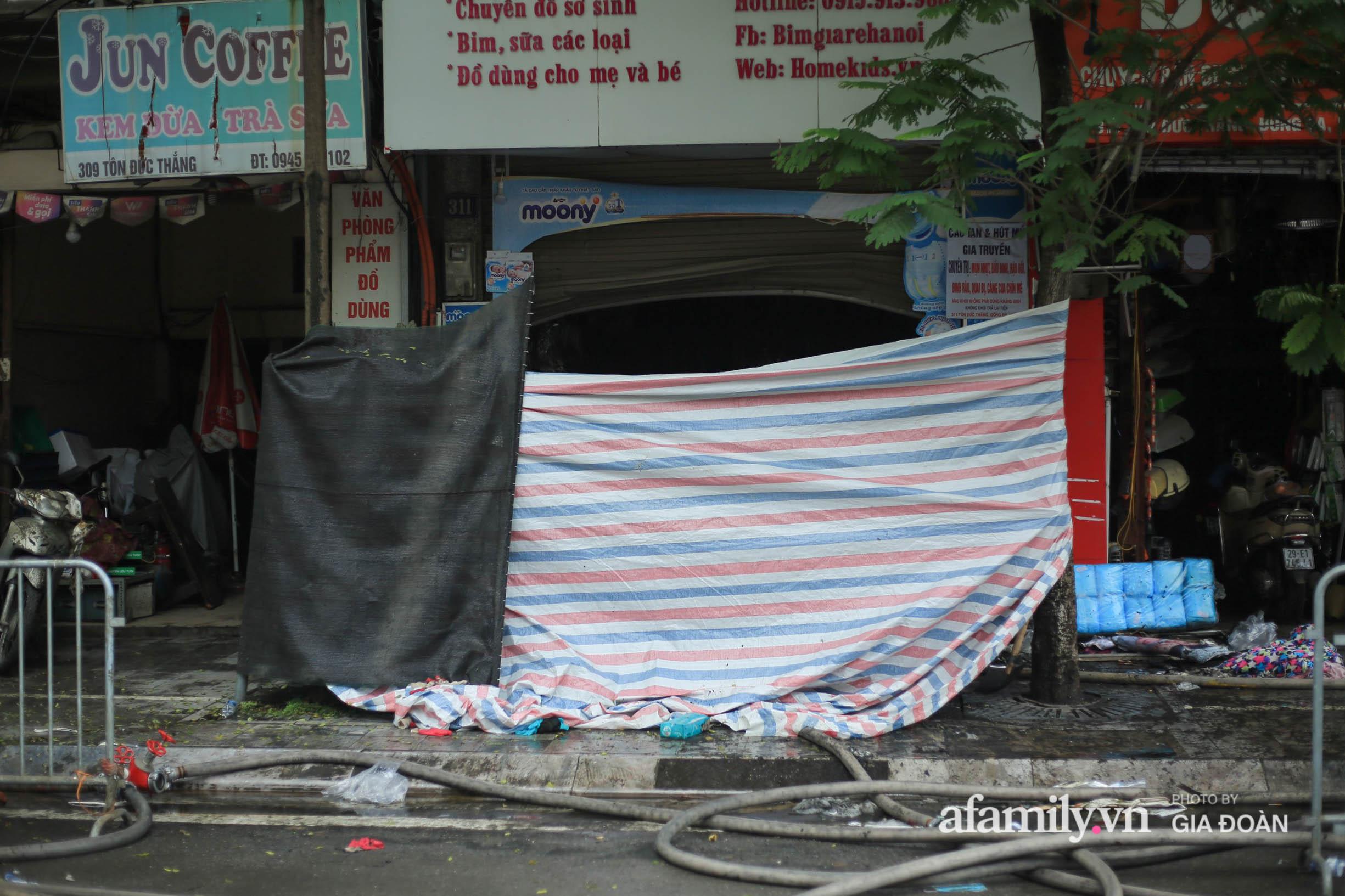 Hiện trường ám ảnh bên trong ngôi nhà bị cháy khiến 4 người trong cùng một gia đình tử vong ở Hà Nội - Ảnh 5.