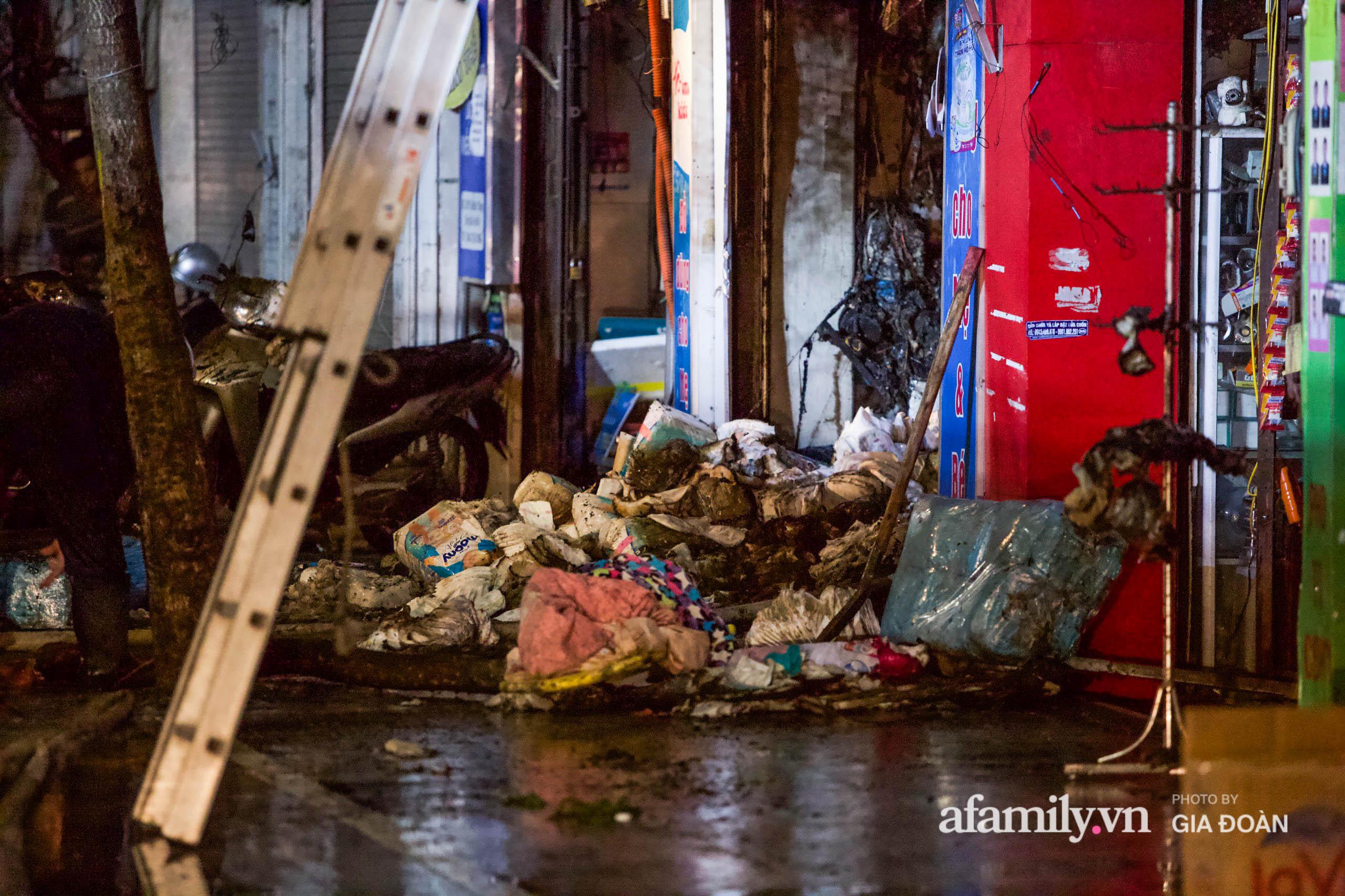Hiện trường ám ảnh bên trong ngôi nhà bị cháy khiến 4 người trong cùng một gia đình tử vong ở Hà Nội - Ảnh 7.