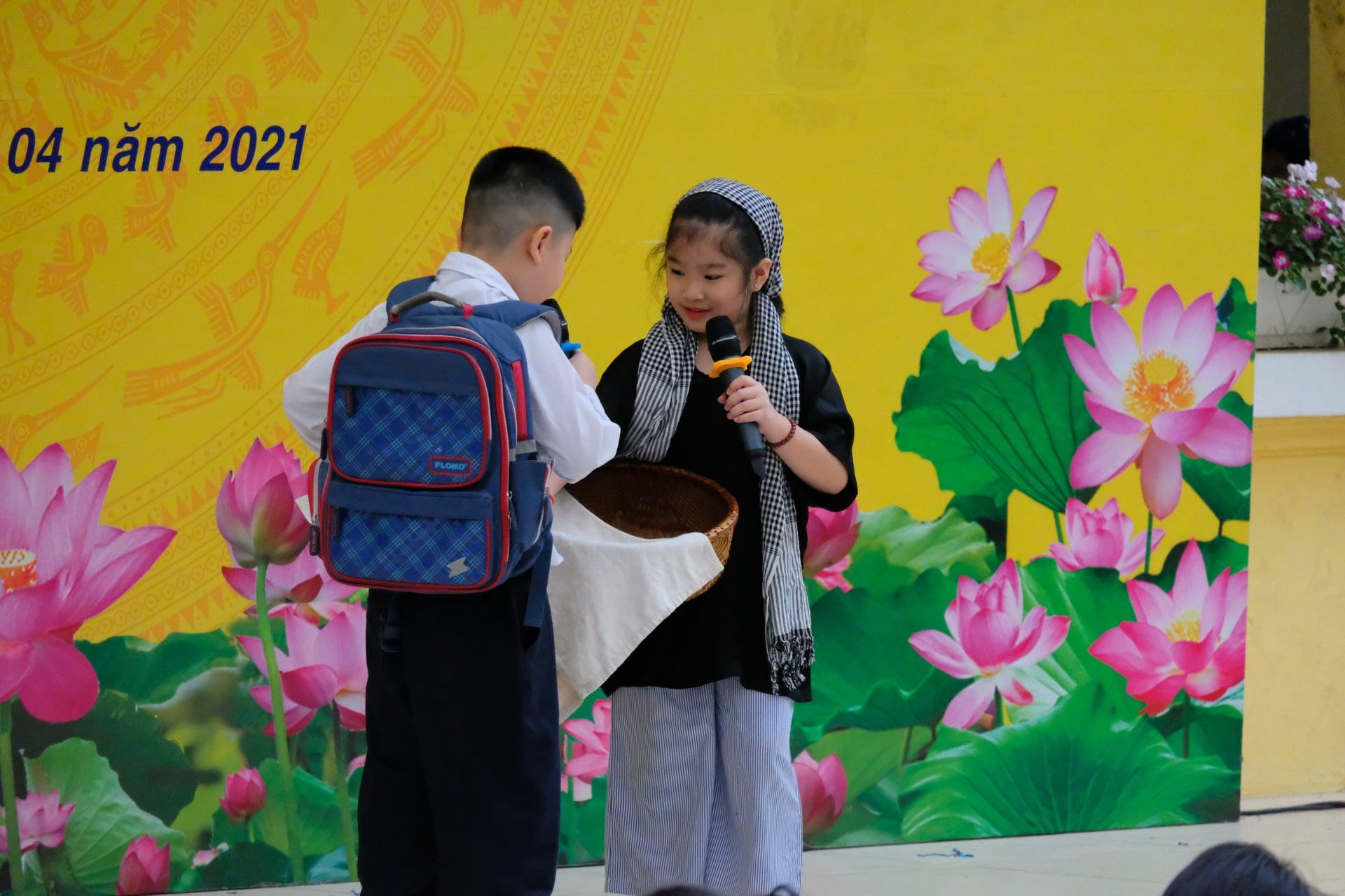 Con trai BTV Quang Minh mới lớp 1 đã làm host chương trình tầm cỡ quốc tế, làm hành động với bạn nữ được bố khen nức nở - Ảnh 4.