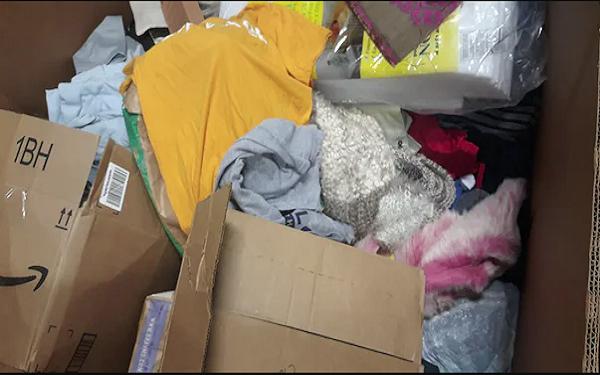 Cặm cụi phân loại đống quần áo từ thiện, người phụ nữ phát hiện điều bất ngờ và quyết định hành động khiến mọi người phải cảm phục - Ảnh 2.