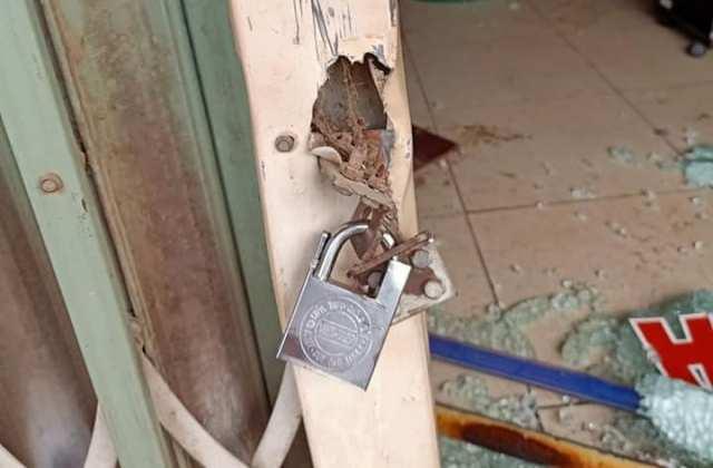 Kẻ hận tình khóa cửa, tạt xăng đốt tiệm cắt tóc có 5 người ngủ bên trong - Ảnh 1.