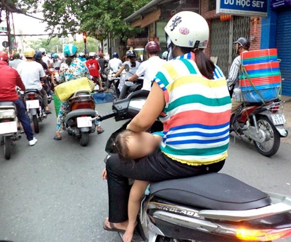 Thót tim với cảnh tượng bé gái nằm hẳn ra yên xe máy và... ngủ gật trên phố Hà Nội - Ảnh 3.