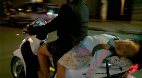 Thót tim với cảnh tượng bé gái nằm hẳn ra yên xe máy và... ngủ gật trên phố Hà Nội - Ảnh 2.