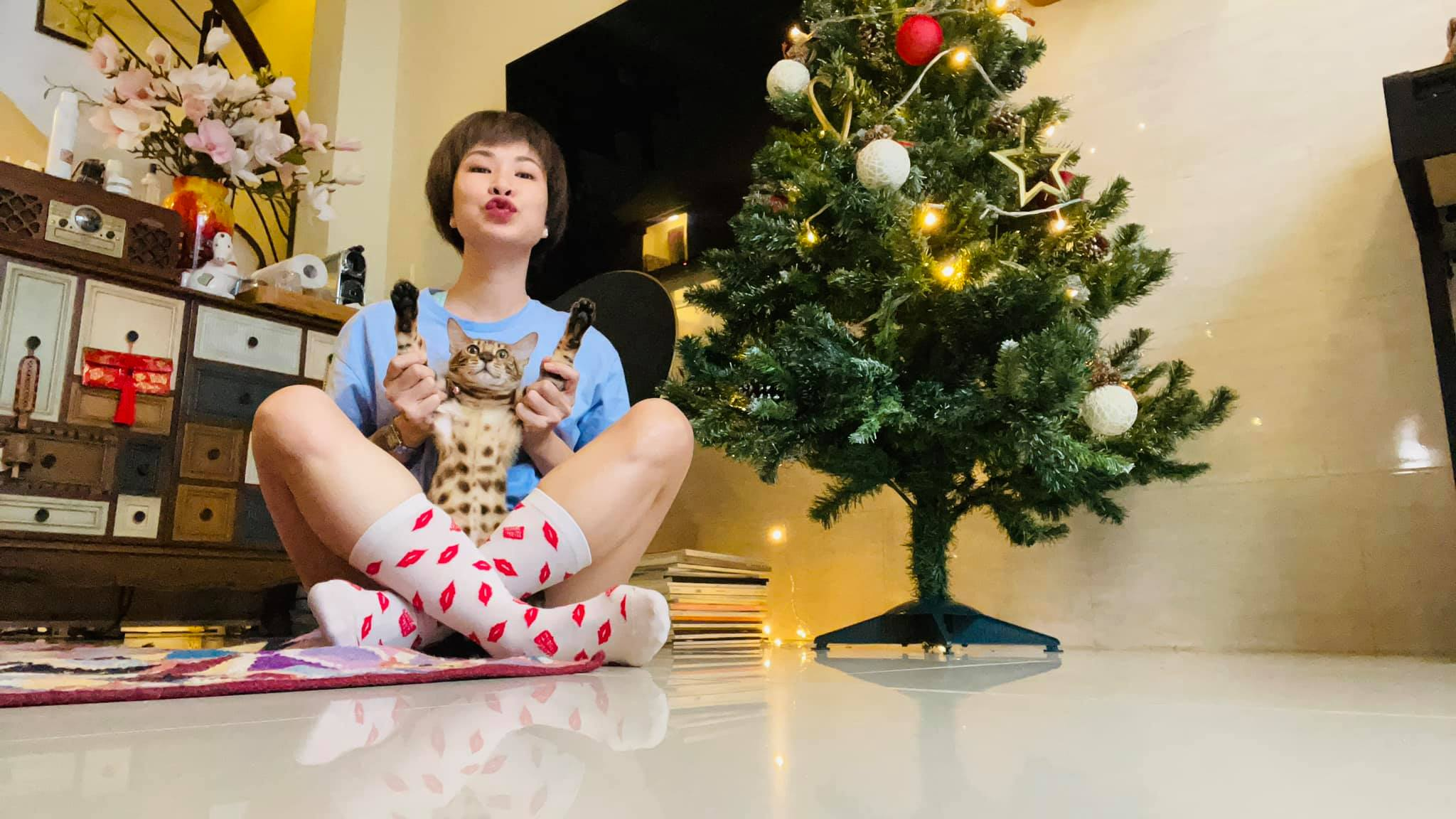 """Uyên Linh khoe nhà tối giản toàn tranh với mèo bình yên vô cùng, ai thích """"nghệ"""" cũng nên ngó qua thử xem! - Ảnh 1."""