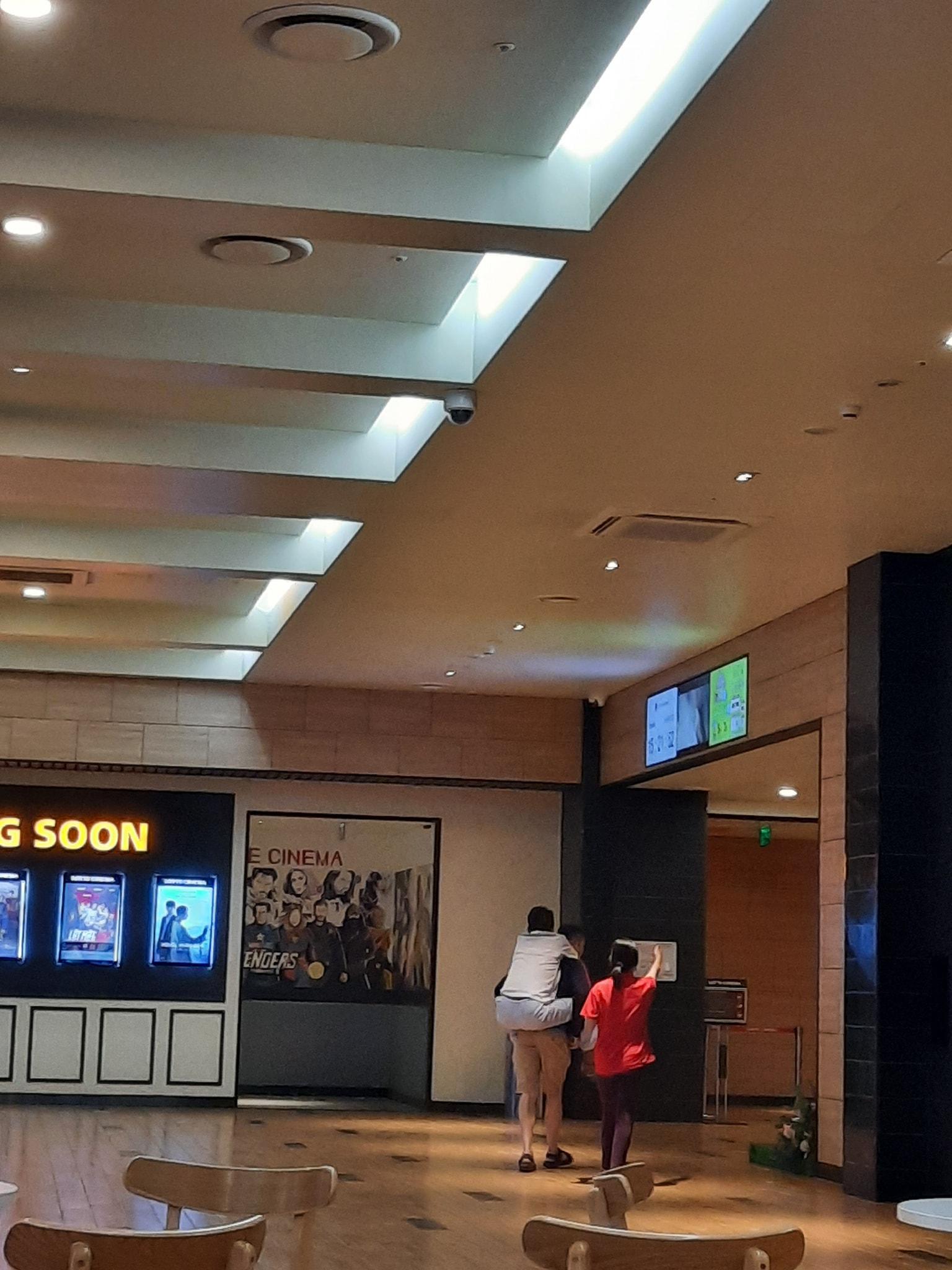 Xúc động hình ảnh con trai cõng bố già đến rạp chiếu phim: Ba ngồi đây nghỉ để con đi mua vé 001