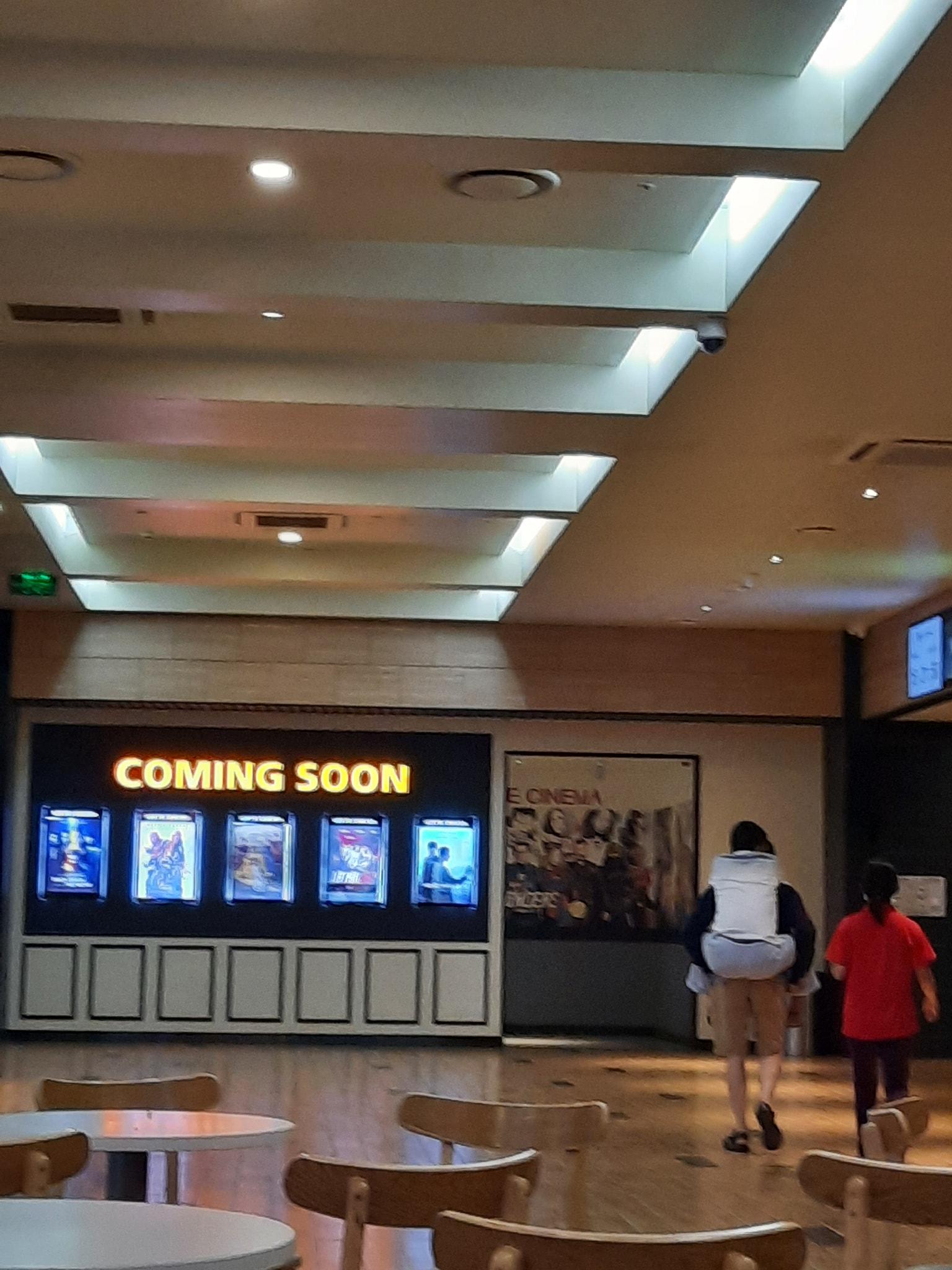 Xúc động hình ảnh con trai cõng bố già đến rạp chiếu phim: Ba ngồi đây nghỉ để con đi mua vé 002
