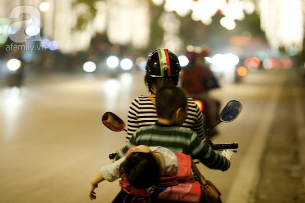 Thót tim với cảnh tượng bé gái nằm hẳn ra yên xe máy và... ngủ gật trên phố Hà Nội - Ảnh 5.