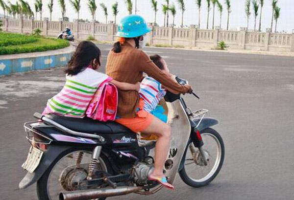 Thót tim với cảnh tượng bé gái nằm hẳn ra yên xe máy và... ngủ gật trên phố Hà Nội - Ảnh 6.