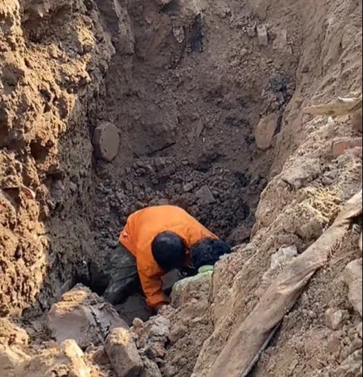 """Hà Nội: Đang thi công công trình bất ngờ phát hiện người đàn ông nằm """"dưới lòng đất"""" - Ảnh 1."""