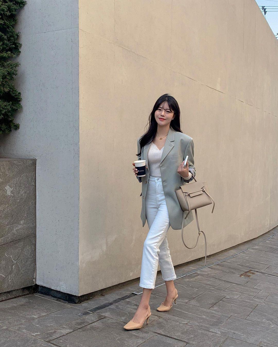 """Học nàng blogger Hàn cách diện jeans """"đỉnh của chóp"""": Vừa hack dáng vừa thanh lịch để diện đến sở làm - Ảnh 8."""