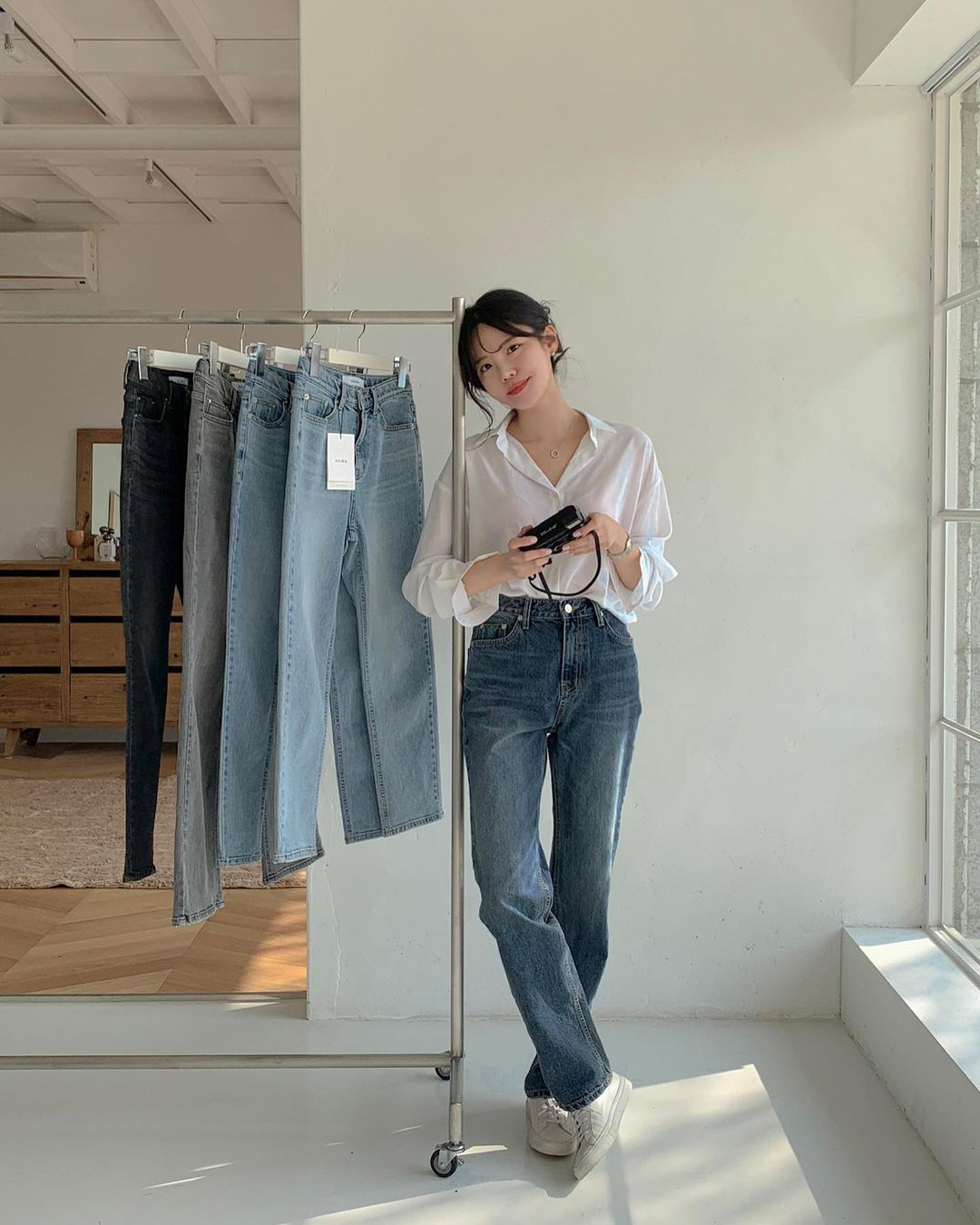 """Học nàng blogger Hàn cách diện jeans """"đỉnh của chóp"""": Vừa hack dáng vừa thanh lịch để diện đến sở làm - Ảnh 4."""