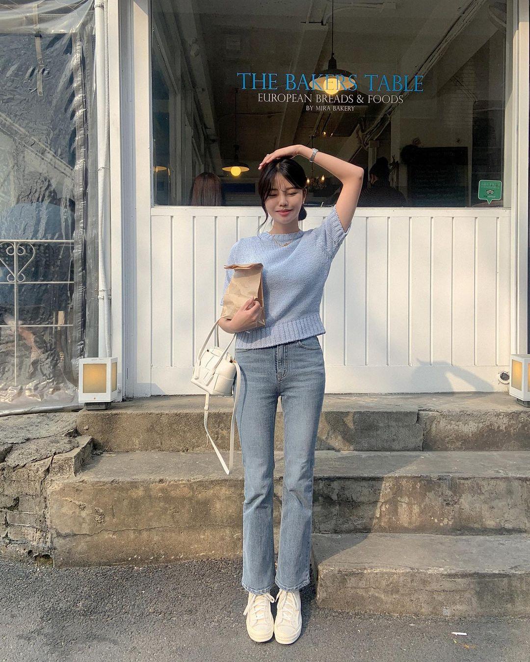 """Học nàng blogger Hàn cách diện jeans """"đỉnh của chóp"""": Vừa hack dáng vừa thanh lịch để diện đến sở làm - Ảnh 1."""