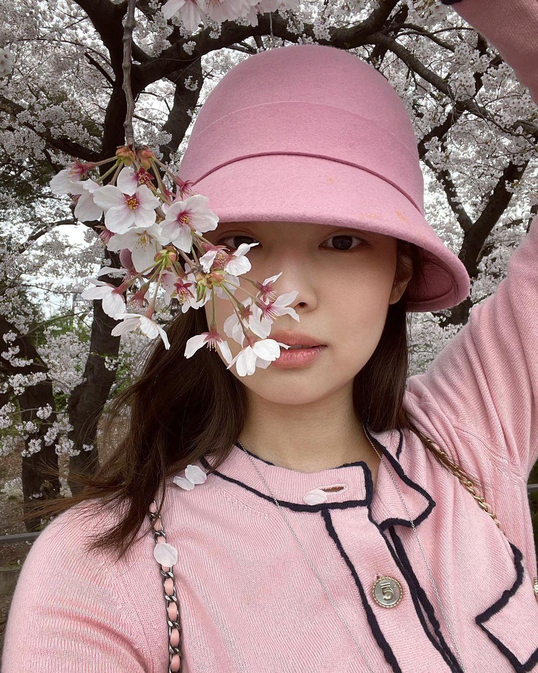 Jennie diện đồ Chanel gần 100 triệu mà cũng bị gạch đá, netizen liệu có đang quá quắt? - Ảnh 4.