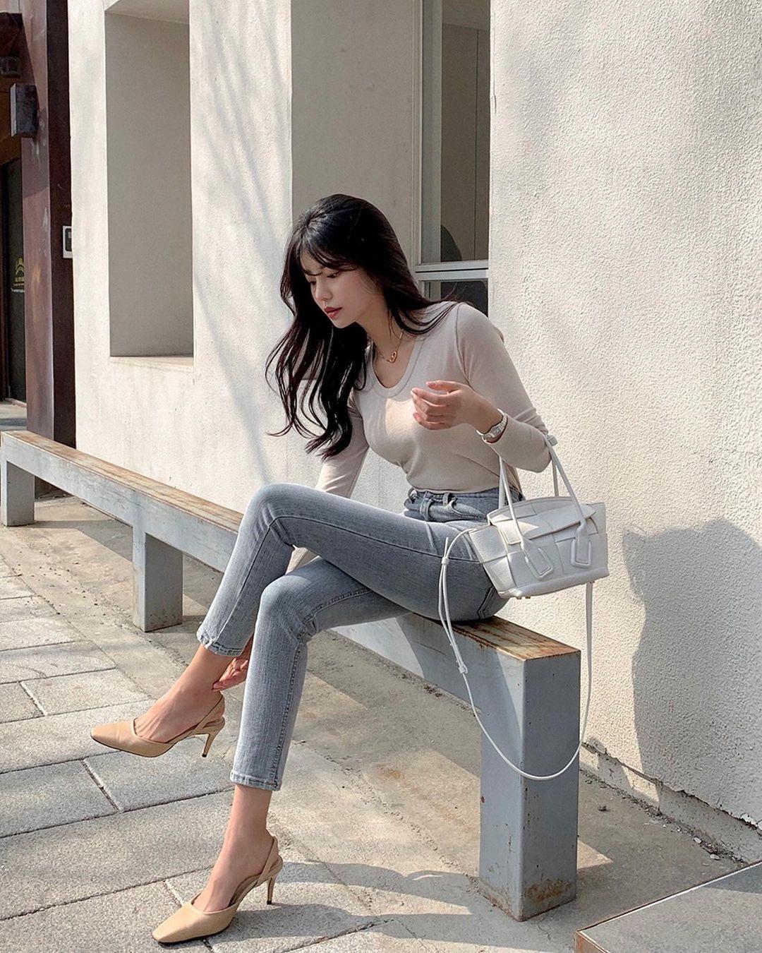 """Học nàng blogger Hàn cách diện jeans """"đỉnh của chóp"""": Vừa hack dáng vừa thanh lịch để diện đến sở làm - Ảnh 2."""