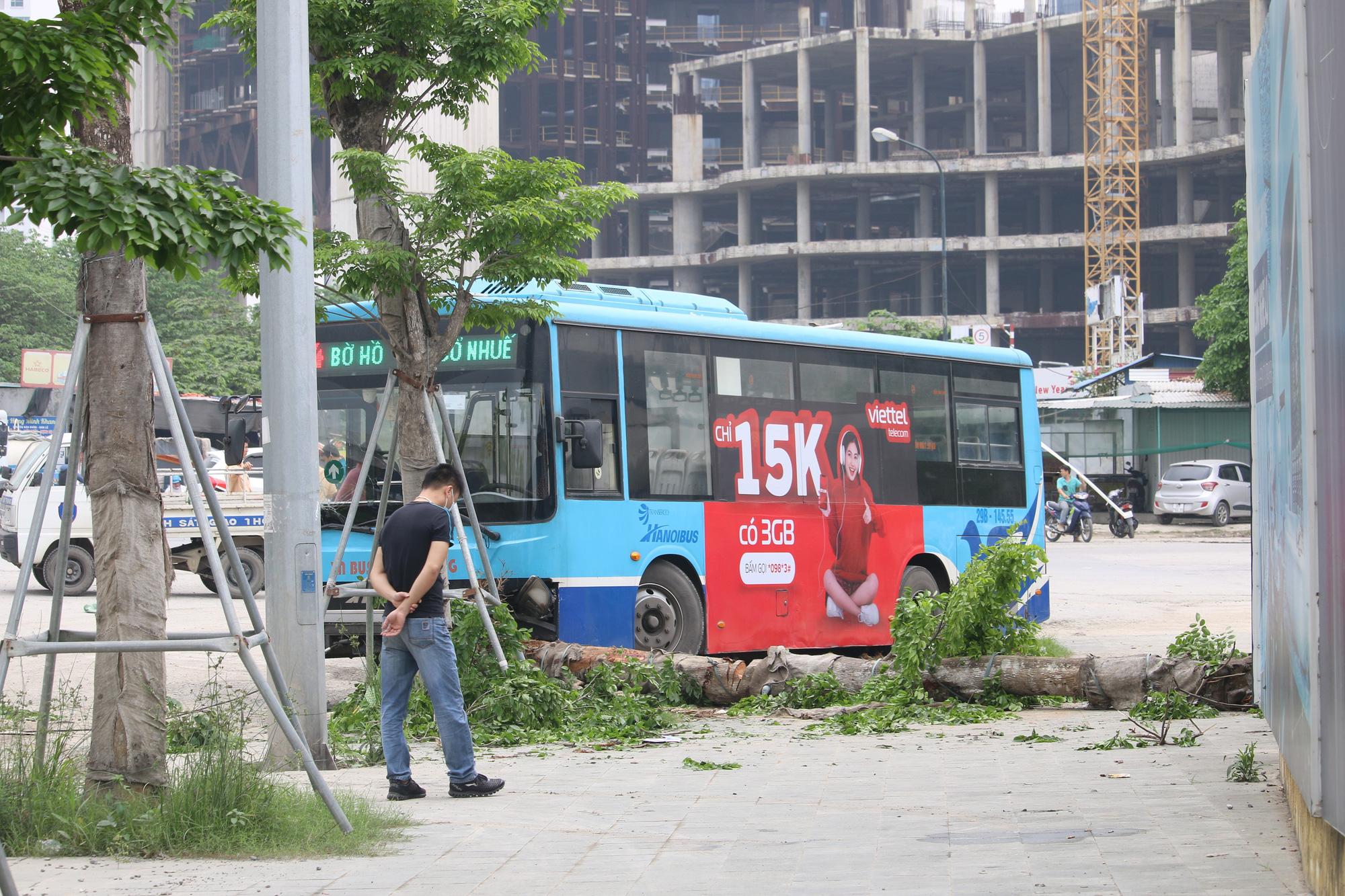 Nhân chứng kể lại vụ xe buýt lao lên vỉa hè, tông chết người đi bộ ở Hà Nội - Ảnh 2.