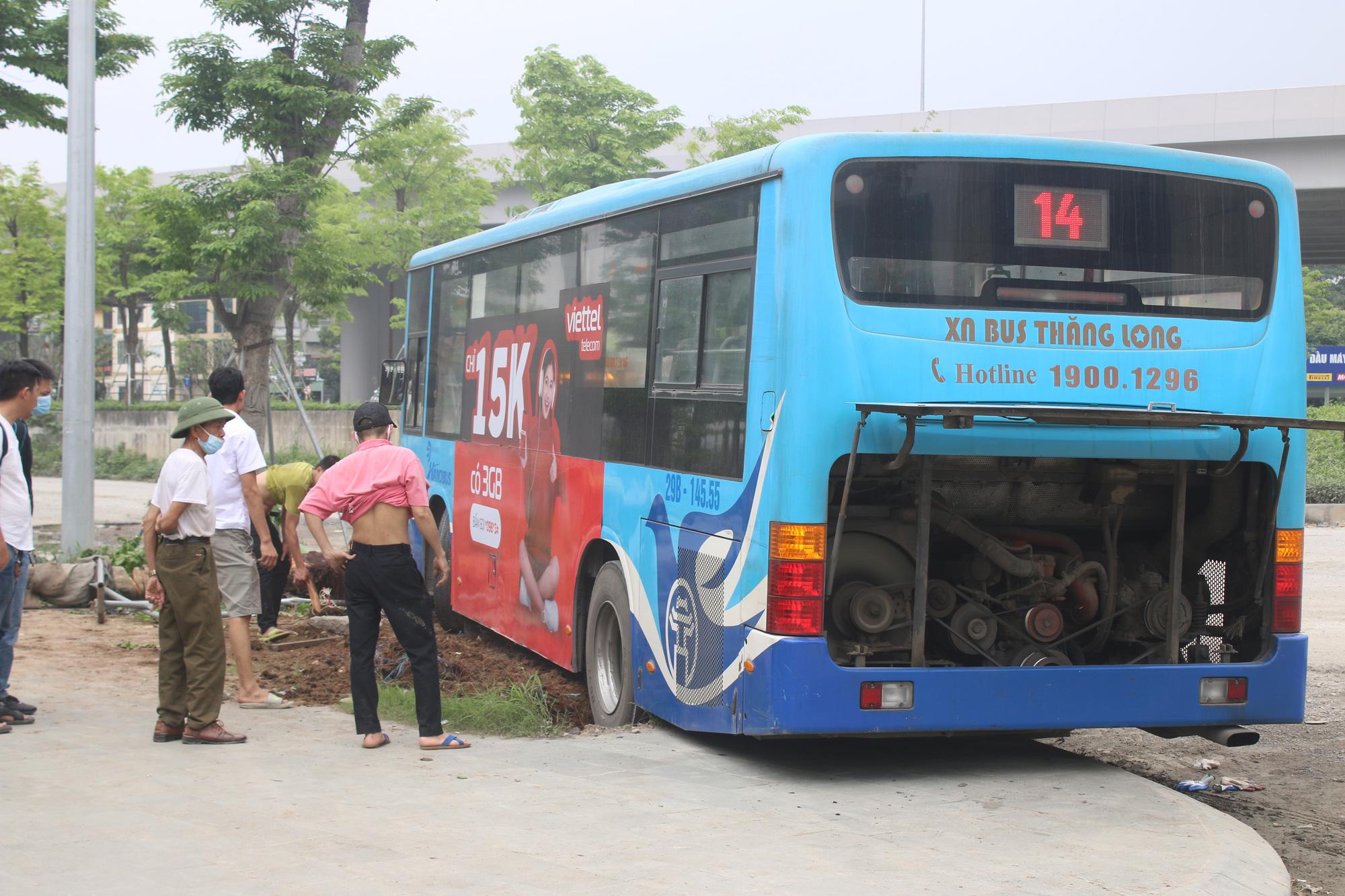 Nhân chứng kể lại vụ xe buýt lao lên vỉa hè, tông chết người đi bộ ở Hà Nội - Ảnh 4.
