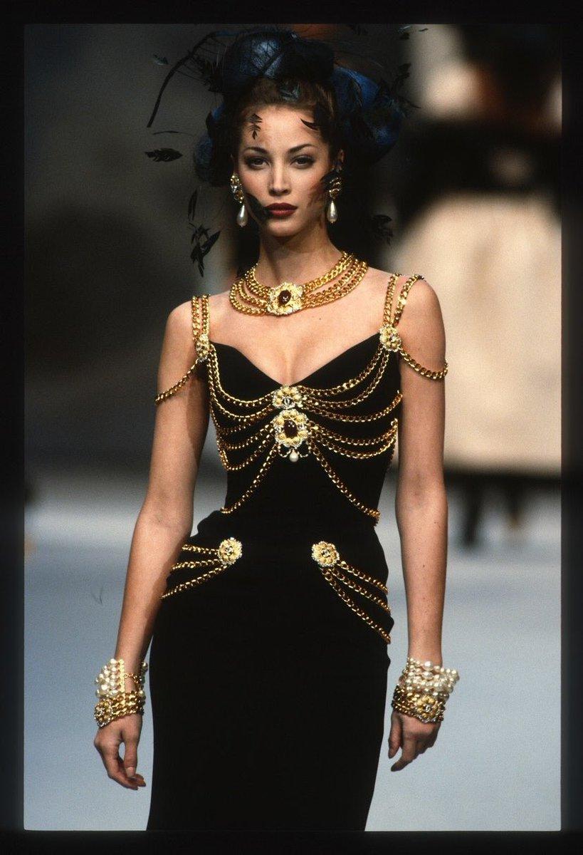 """Á hậu Kim Duyên khoe body cùng vòng 1 """"chặt chém"""" nhưng lại vướng ngay nghi án diện đầm nhái Chanel - Ảnh 4."""