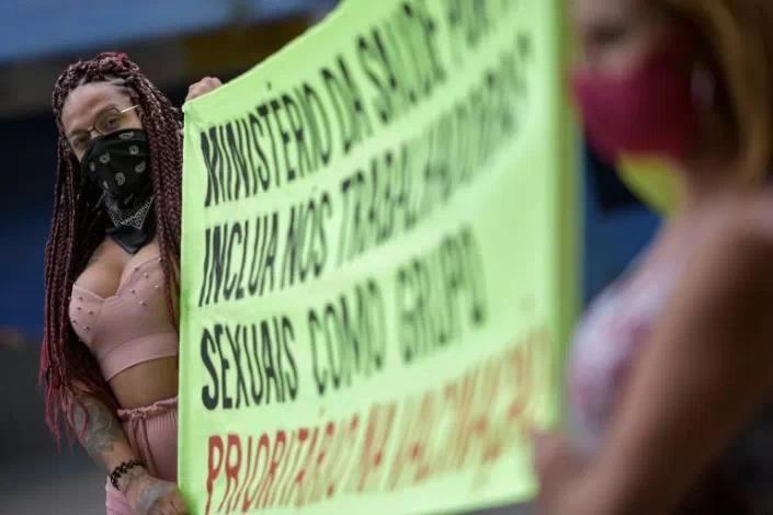 Gái mại dâm Brazil diễu hành đòi tiêm vắc xin Covid-19 vì cũng ở tuyến đầu - Ảnh 3.