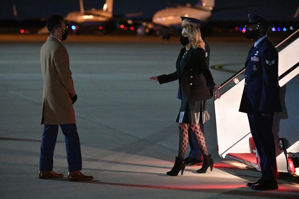 """Gần 70 tuổi, lần đầu tiên style của Phu nhân Jill Biden bị lôi ra bàn tán: Chiếc quần tất lưới chính là """"thủ phạm"""" khiến bà không bằng một phần của Melania Trump - Ảnh 4."""