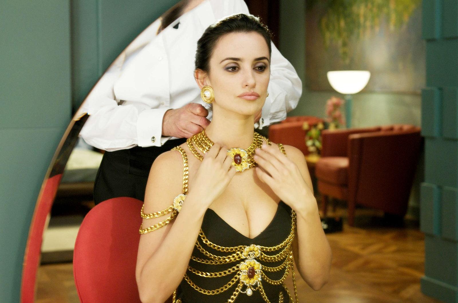 """Á hậu Kim Duyên khoe body cùng vòng 1 """"chặt chém"""" nhưng lại vướng ngay nghi án diện đầm nhái Chanel - Ảnh 3."""