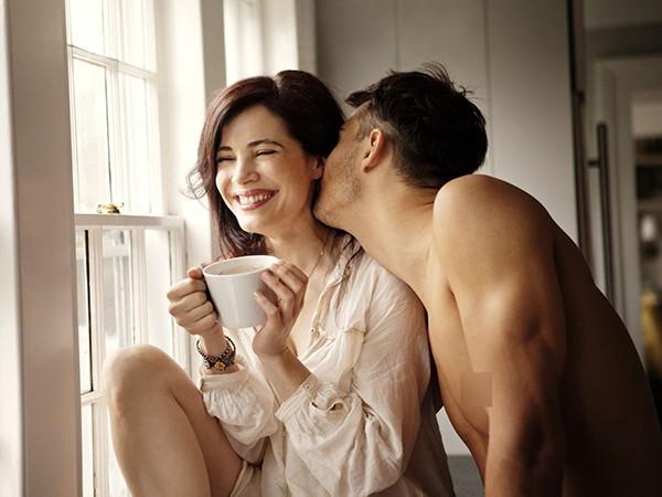 Về phòng ngủ khi đã tắt đèn, chồng bạn tự nguyện làm những việc này vì vợ thì chứng tỏ anh ấy đã coi bạn như báu vật của đời mình   - Ảnh 1.