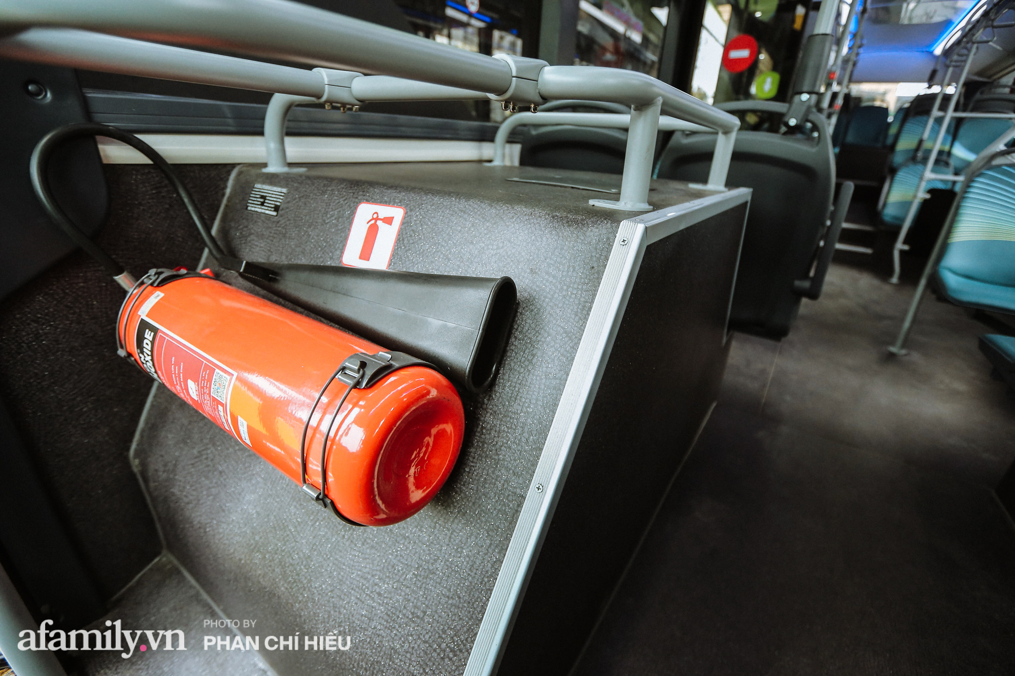 Khám phá tuyến xe buýt điện đầu tiên tại Hà Nội, sử dụng nguồn năng lượng vô tận từ năng lượng mặt trời, xe đủ thử trang bị tiện ích chẳng kém gì những chiếc xế hộp xịn xò - Ảnh 7.
