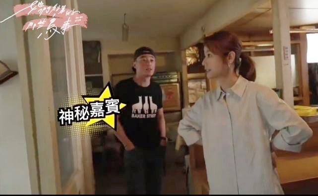 Hoắc Kiến Hoa đến phim trường thăm Lâm Tâm Như, nhà gái đứng chống nạnh với chồng gây chú ý - Ảnh 2.