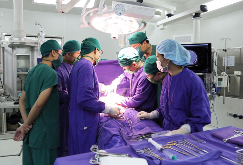 Phẫu thuật khối u di căn ổ bụng cho bệnh nhân ung thư tinh hoàn - Ảnh 1.