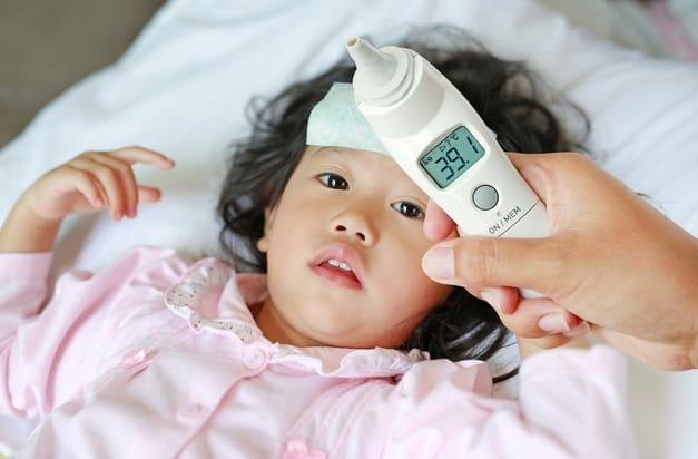 Chăm sóc trẻ bị sốt thế nào cho đúng? - Ảnh 1.