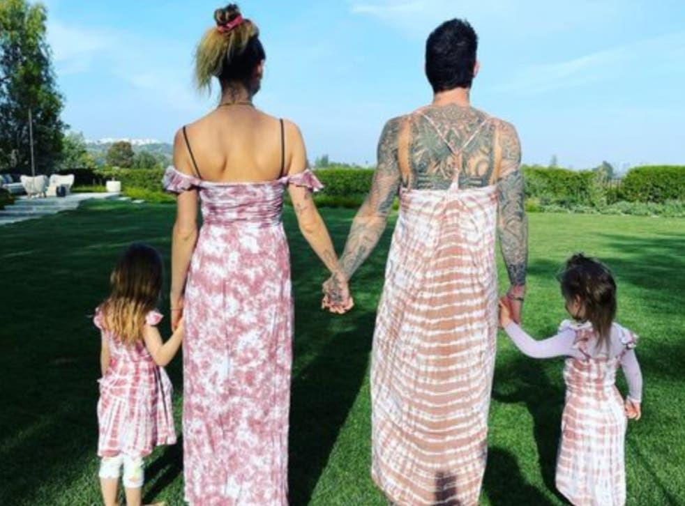 Trưởng nhóm Maroon 5 'gây sốc' mặc váy hồng, hóa ra các ông bố có thể làm những điều tuyệt vời hơn tưởng tượng cho con gái - Ảnh 2.