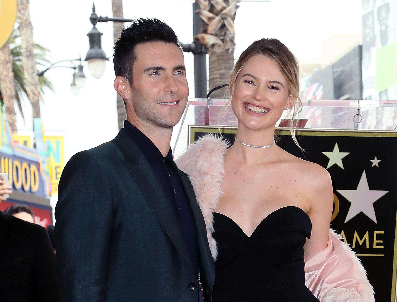 Trưởng nhóm Maroon 5 'gây sốc' mặc váy hồng, hóa ra các ông bố có thể làm những điều tuyệt vời hơn tưởng tượng cho con gái - Ảnh 1.