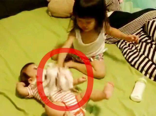 Mẹ xuống nhà lấy đồ nên nhờ con gái 4 tuổi trông em, không ngờ lại chứng kiến được cảnh tượng gây choáng váng - Ảnh 2.