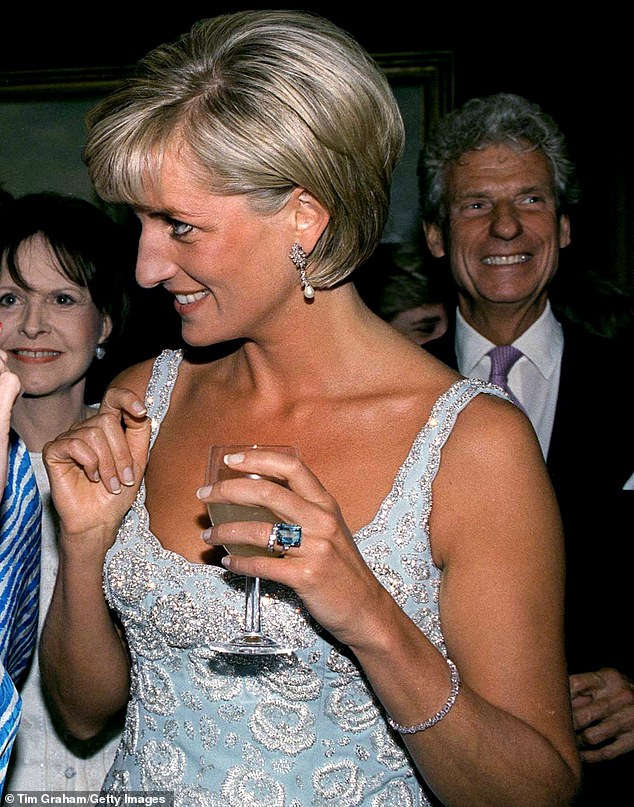 Meghan Markle lôi cả Công nương Diana vào cuộc chiến thách thức Hoàng gia Anh bằng cách tái sử dụng trang sức của mẹ chồng - Ảnh 7.