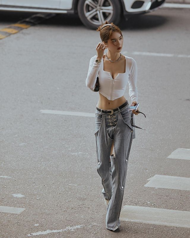 """Vừa diện quần jeans 140 triệu, Ngọc Trinh đã vội """"quay xe"""" với kiểu quần độc dị, soi giá lại rẻ giật mình - Ảnh 6."""