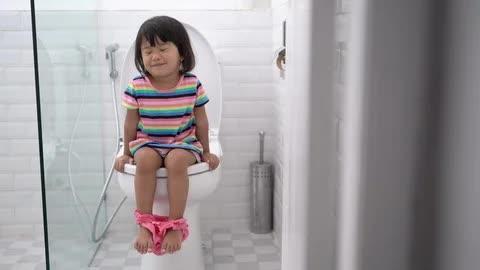 Con gái khóc dữ dội sau khi bố rửa đít, nhìn vẻ mặt con suy sụp làm mẹ suýt té ngửa khi hiểu ra sự việc - Ảnh 1.