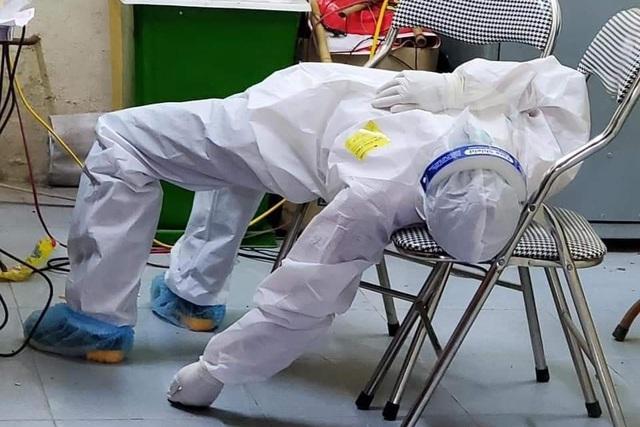 Hình ảnh gây xúc động mạnh trong ngày: Tình nguyện viên  ngồi xe kéo đến điểm dịch, nhân viên y tế kiệt sức ngủ gục tại chỗ - Ảnh 4.