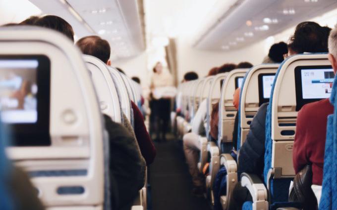 CDC Hoa Kỳ đưa ra khuyến cáo mới nhất khi phải cho trẻ di chuyển bằng máy bay trong lúc dịch bệnh, bố mẹ hết sức lưu ý