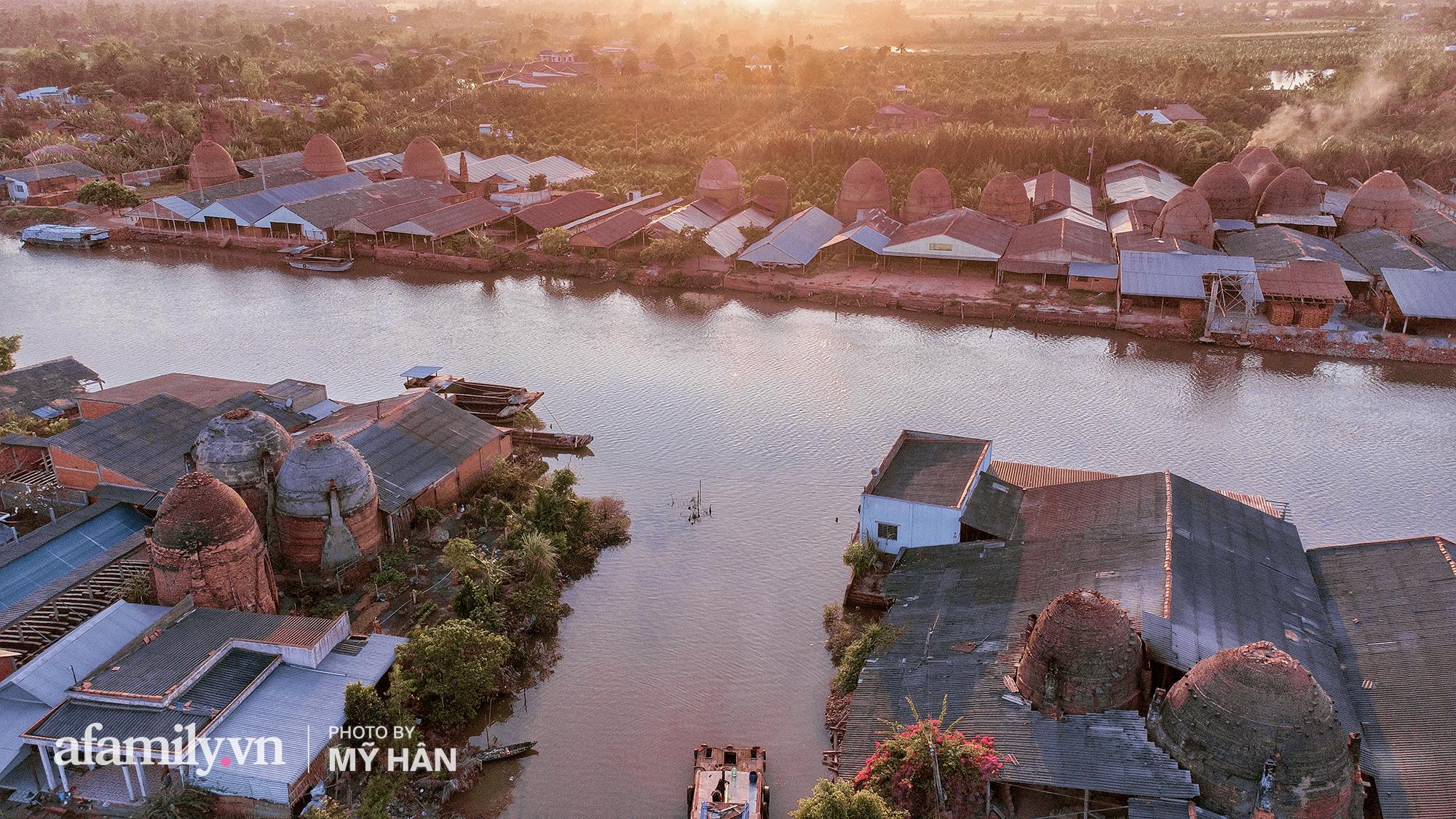 """Ngôi làng đỏ hơn 100 năm tuổi khiến người ta phải thốt lên """"NHƯ KỲ QUAN THẾ GIỚI"""" tại Miền Tây, đẹp và mê hoặc một cách khủng khiếp mà khách du lịch lại chưa tìm tới! - Ảnh 1."""