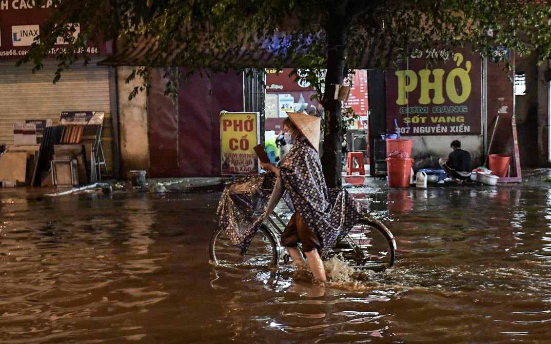 Chiều nay Hà Nội tiếp tục đón mưa dông vào giờ tan tầm, chị em chú ý cẩn thận thời tiết nguy hiểm