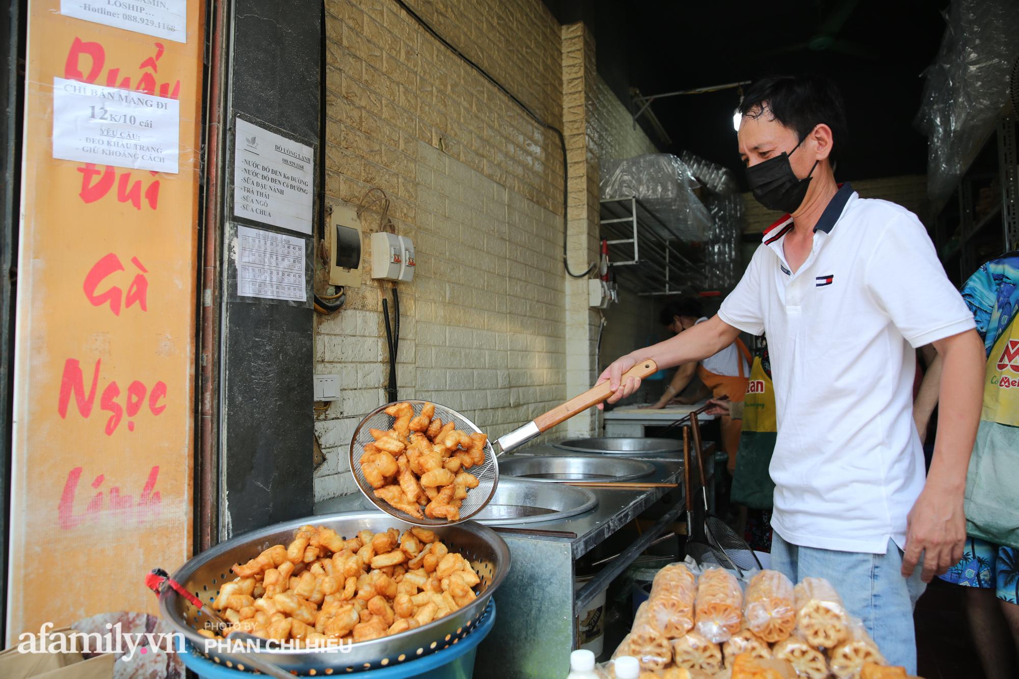 """Quán quẩy đùi gà 30 năm nức tiếng tại Hà Nội, ngày bán ra lò đều tay 2 vạn chiếc, """"mùa Covid-19"""" nhưng làm cả ngày cũng chẳng hết việc - Ảnh 2."""