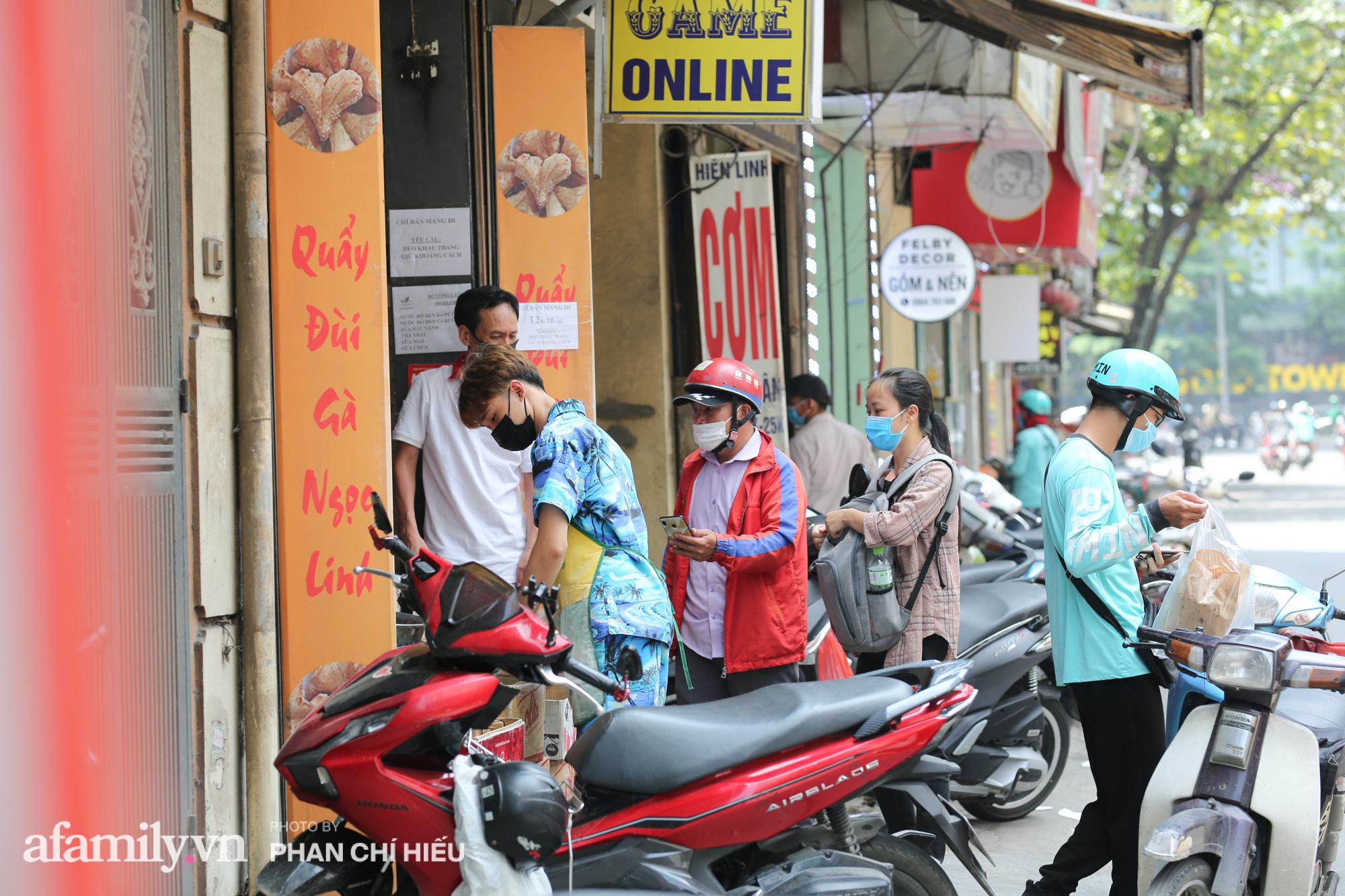 """Quán quẩy đùi gà 30 năm nức tiếng tại Hà Nội, ngày bán ra lò đều tay 2 vạn chiếc, """"mùa Covid-19"""" nhưng làm cả ngày cũng chẳng hết việc - Ảnh 8."""