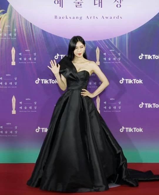 """Thảm đỏ lễ trao giải Baeksang 2021: Ác nữ """"Cuộc Chiến Thượng Lưu"""" Kim So Yeon nổi bật nhưng có gây sốt bằng siêu mẫu khoe vòng 1 khủng - Ảnh 8."""