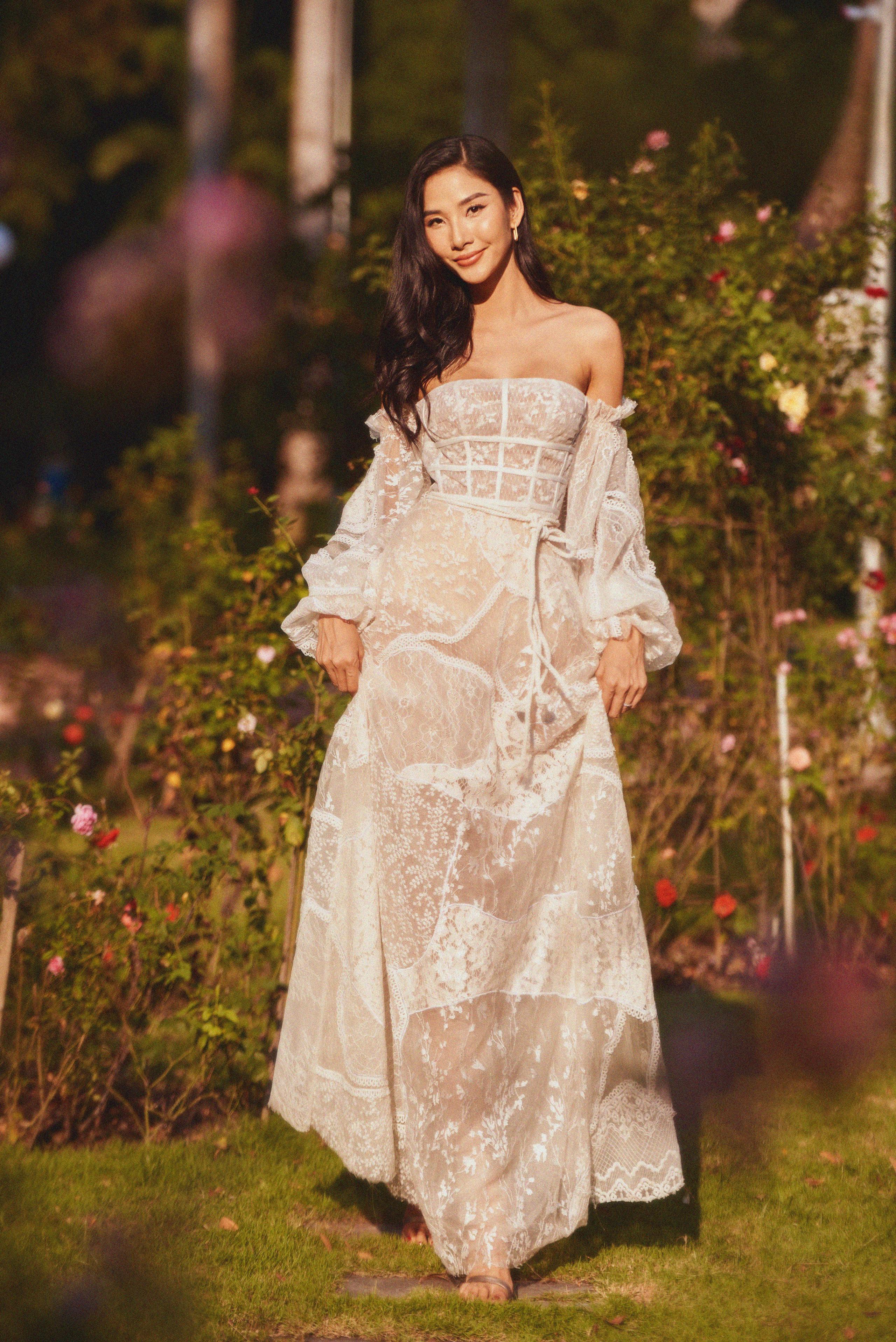 """Đụng bộ váy nàng thơ, Mai Phương Thúy lấn át Hoàng Thùy từ vòng 1 trễ nải đến kiểu tóc """"hợp dơ"""" - Ảnh 4."""