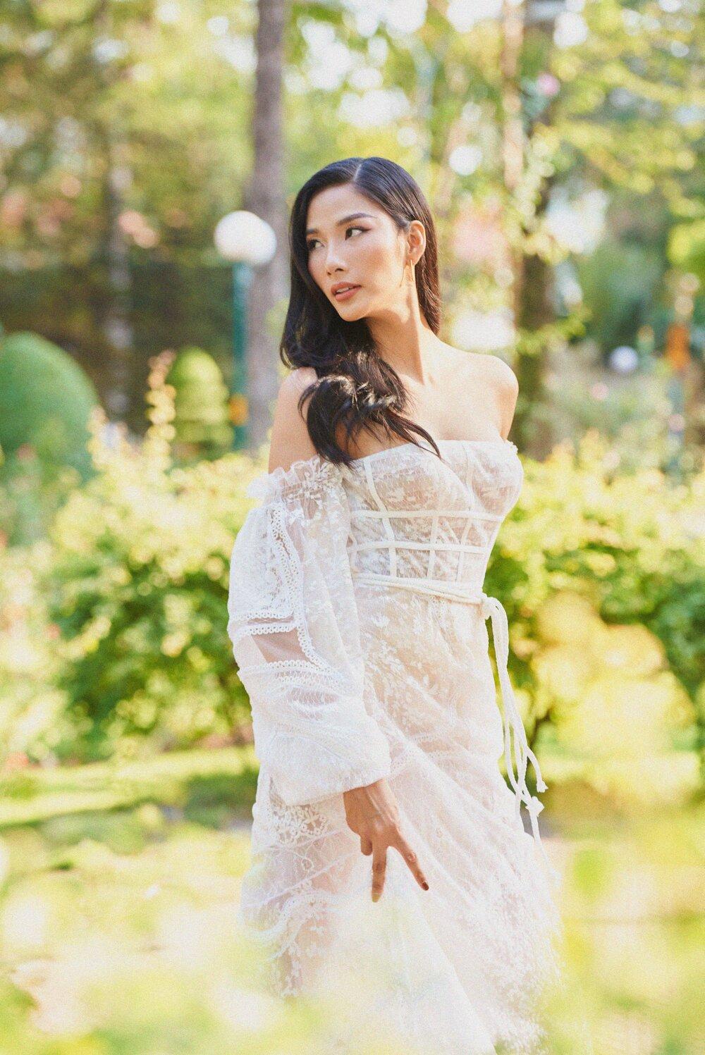 """Đụng bộ váy nàng thơ, Mai Phương Thúy lấn át Hoàng Thùy từ vòng 1 trễ nải đến kiểu tóc """"hợp dơ"""" - Ảnh 5."""