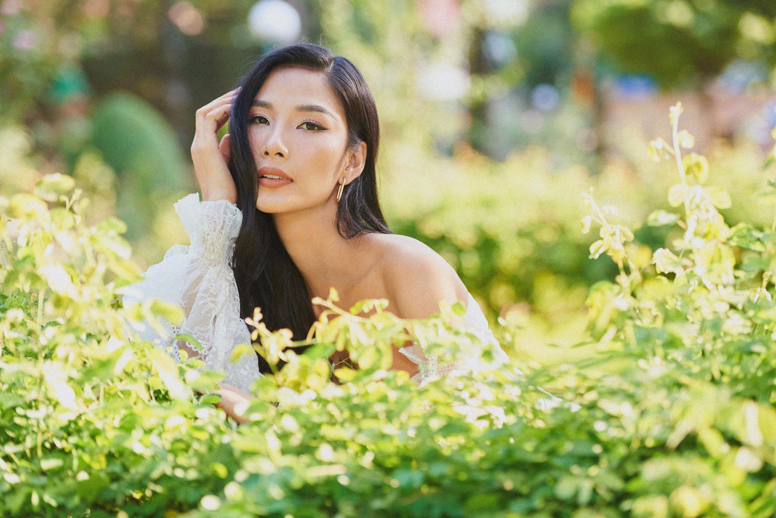 """Đụng bộ váy nàng thơ, Mai Phương Thúy lấn át Hoàng Thùy từ vòng 1 trễ nải đến kiểu tóc """"hợp dơ"""" - Ảnh 6."""
