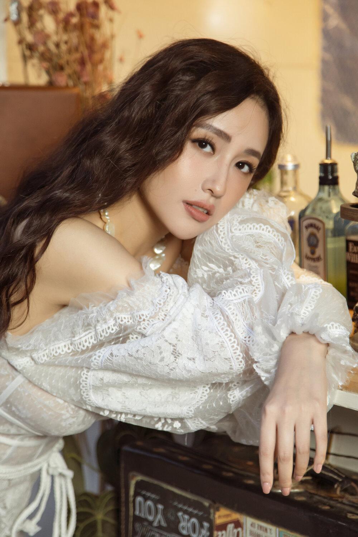 """Đụng bộ váy nàng thơ, Mai Phương Thúy lấn át Hoàng Thùy từ vòng 1 trễ nải đến kiểu tóc """"hợp dơ"""" - Ảnh 3."""