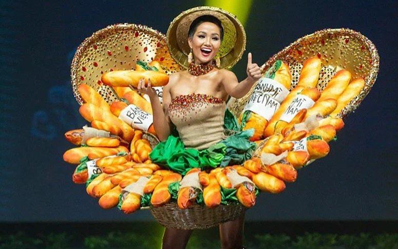 """H'Hen Niê bất ngờ bị chỉ trích muốn """"tranh spotlight"""" với Khánh Vân nhưng không ai nhớ cô đã bỏ tiền làm điều ý nghĩa này cho đàn em"""