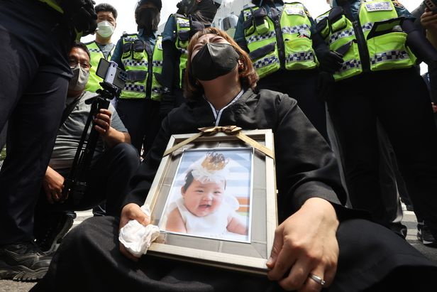 Vụ bé gái 16 tháng tuổi bị bạo hành đến chết: Mẹ nuôi khóc dữ dội nhận án chung thân, gã bố nuôi gây phẫn nộ hơn với lời nài nỉ cuối - Ảnh 5.
