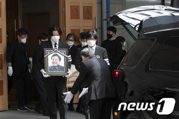 Son Ye Jin mắt đỏ hoe xuất hiện cùng tài tử Lee Byung Hun, chuyện gì đây? - Ảnh 7.